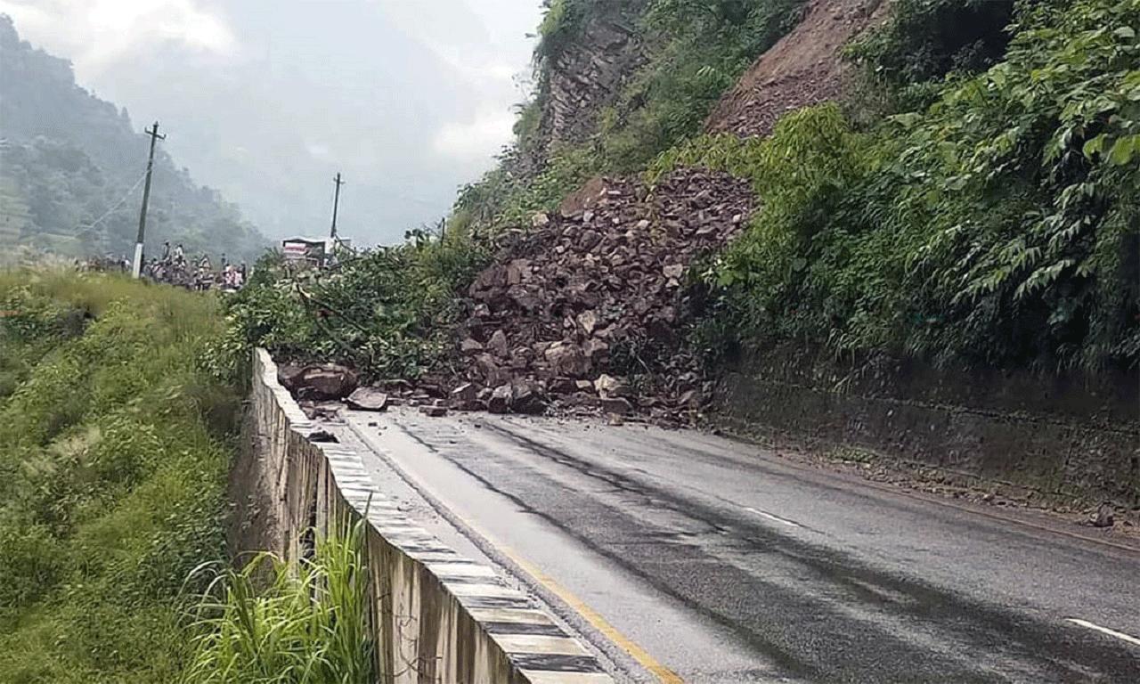 पहिरोका कारण कर्णाली राजमार्ग अवरुद्ध