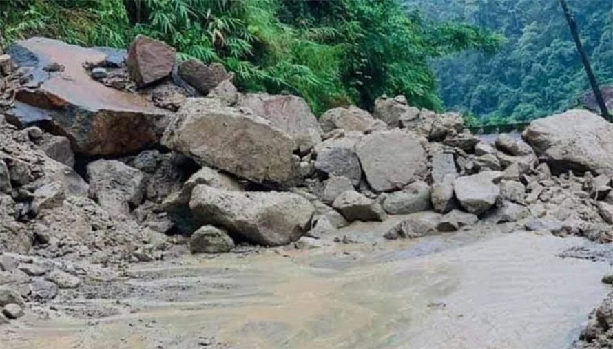 बाढीसँगै आएको लेदोमाटोका कारण मकवानपुर - काठमाडौं सडक अवरुद्ध